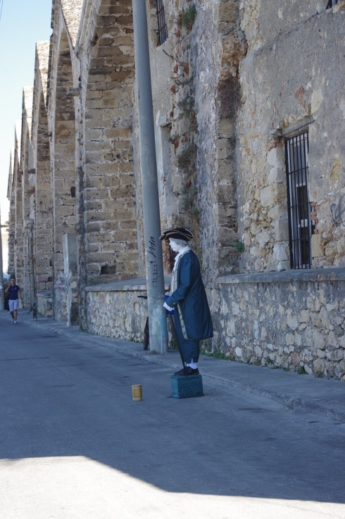 A street performer on the way to the museum